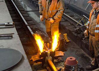Процесс термитной сварки рельс в метро