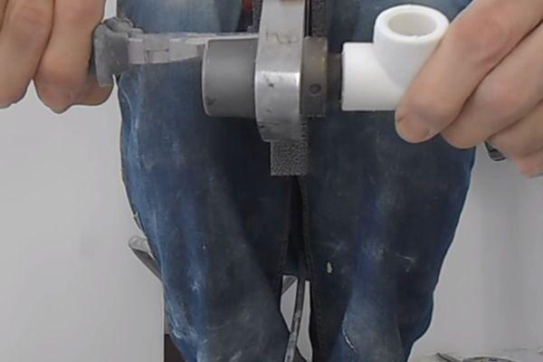 Надевание заготовок на сварочных аппарат