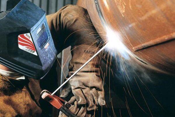 Процесс сварки труб электродами