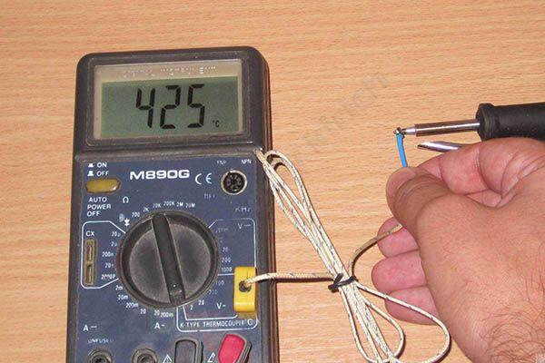 Пользование термометром для измерения температуры жала