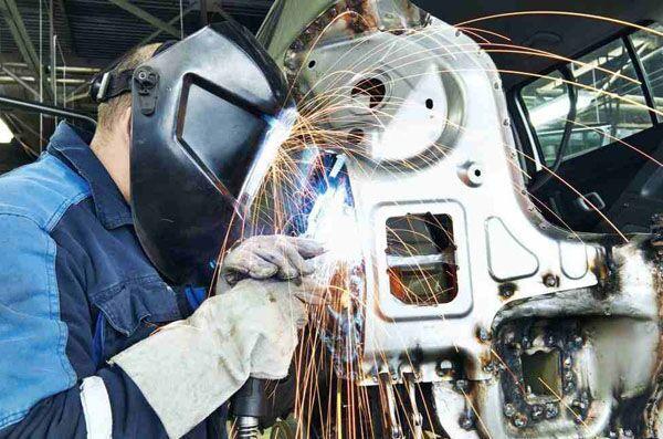Процесс сварки автомобильных деталей