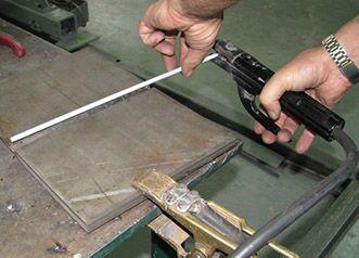 Как правильно держать электрод при сварке?