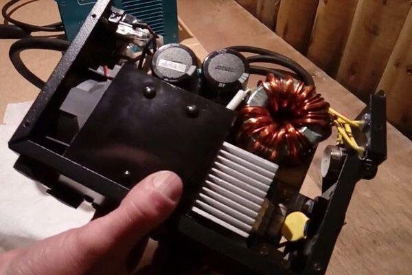 Внутренняя часть инвертора Wert 220