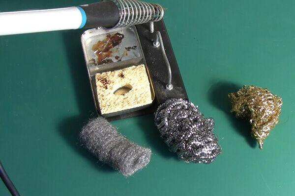 Использование металлической губки для лужения жала