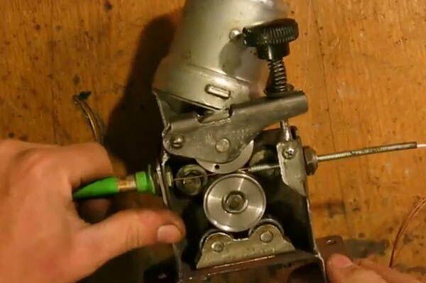 Подающий механизм расходных материалов